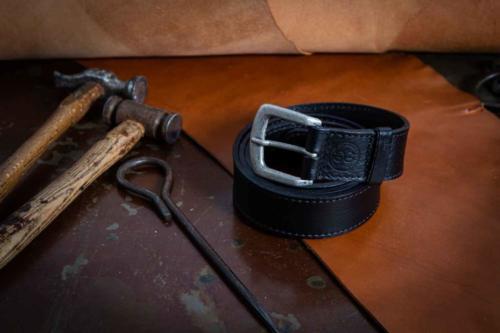 Cintura Uomo Nera Con Cucitura e Fibbia Sportiva